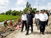 政府总理阮晋勇视察九龙江三角洲灾情