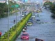 洪水淹没曼谷民众紧急撤离