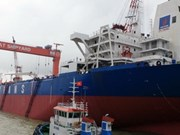 越南制造首艘10.4万吨级储油船成功下水