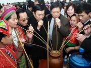 国家主席张晋创探访越南各民族文化旅游村