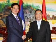 政府总理阮晋勇会见老挝总理通辛•坦马冯