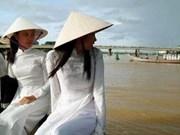 越南最大诗篇斗笠被载入越南纪录一书中