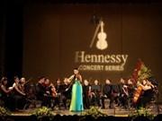 沙拉•张的小提琴之声迷醉了河内观众