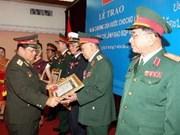 老挝国防部向越南国防部领导授予老挝自由勋章