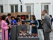 越南各民族传统服装展在比利时举行