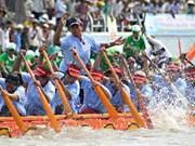 茶荣省独木船竞赛开幕吸引众多人民前来观看