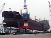越南建造的5.62万吨级散货轮船成功下水