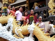 旅居国外越南人过大年上寺拜佛