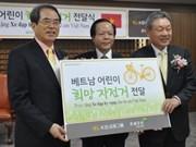 韩国向越南贫困学生赠送自行车