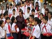 越南国家副主席阮氏缘会见河内市学习成绩优异的特困学生代表团