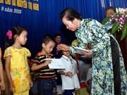 阮氏缘副主席向海阳省贫困优秀学生颁发助学金