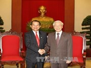 越共中央总书记会见来访的老挝万象市代表团
