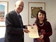 英国牛津大学向越南卫生部部长阮氏金进授予名誉教授称号