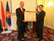 越南外交部副部长裴青山同英国越南朋友网络代表会面