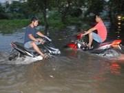 越南南部各省市居民与潮水拼搏