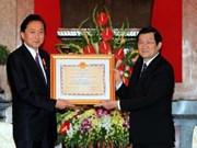 张晋创主席向日本前首相颁发越南友谊勋章