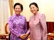 老挝国家副主席会见越南和平省代表团