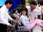 澳大利亚慈善基金会向越南残疾人赠送轮椅
