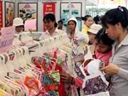 安江省边界农村地区越南货展销会吸引大量越柬边民参展