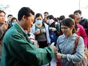 胡志明市向500个特困职工家庭送温暖