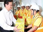 阮晋勇总理新春探慰问多福固体废物处理厂工人