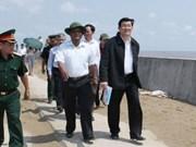 越南国家主席视察茶荣省和朔庄省海堤工程