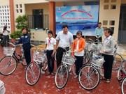 广义省贫困优秀学生获赠自行车