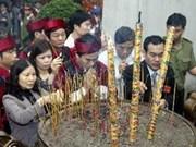 越南富寿省越池市人民向各位雄王敬香