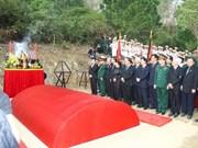 广平省领导与回国参加雄王庙会的越南侨胞会面