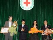"""越南首次授予三名外国人""""为人道主义事业""""纪念章"""