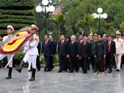 越南党国家领导向甲一号丘陵烈士陵园英雄烈士献香