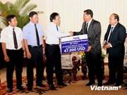 越南老挝投资商协会为老挝军机坠毁遇难者家属捐款