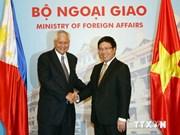 越南政府副总理范平明与菲律宾外交部长举行会谈