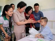 越南国家副主席阮氏缘看望慰问岘港市儿童病人