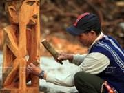 越南:西原墓屋雕像
