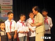 """越南国家副主席向庆和省学生颁发""""跟你上学""""助学金"""