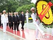 越南伤残军人与烈士日67周年:党和国家领导人给英烈们敬香