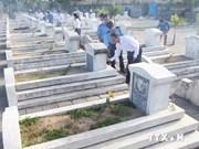 越南胡志明市领导人向英烈们敬香