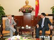越南政府副总理兼外交部长范平明会见美国参议员