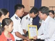 越南邮政电信集团向海警和渔民儿女颁发奖学金