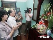 越南党和国家领导前往67号屋敬香缅怀胡志明主席