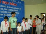 越南国家副主席向河南省学生和大学生颁发助学金