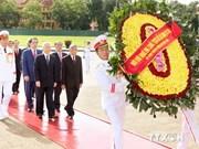 国庆节:越南党和国家领导人向胡志明主席敬献花圈