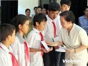 越南国家副主席向宁平省学生颁发奖学金
