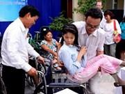 日本前首相向越南残疾人赠送50辆轮椅