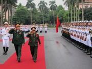 老挝国防部长对越南进行正式访问
