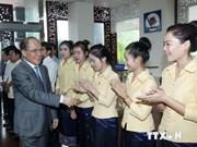 越南国会主席阮生雄会晤老挝越侨企业家代表