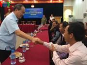 越南祖国阵线中央委员会主席会见和平省赫蒙族同胞有威望人士