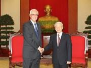越南党和政府最高领导人会见新加坡前总理吴作栋