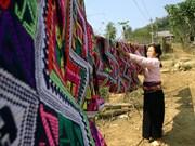 芒族纺织业及其精致的衣服装饰